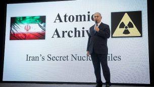 رئيس الوزراء بنيامين نتنياهو يعرض الملفات التي تكشف برنامج إيران النووي في مؤتمر صحفي في تل أبيب، في 30 أبريل، 2018. (Miriam Alster / Flash90)