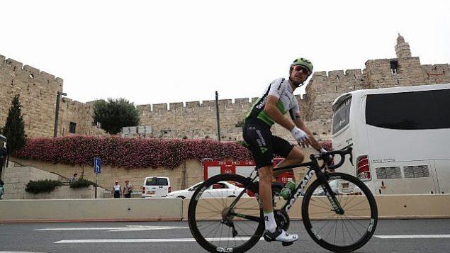 يتدرب راكبو الدراجات بالقرب من برج داوود في مدينة القدس القديمة في 4 مايو 2018، قبل افتتاح سباق غيرو دي إيطاليا. (Yonatan Sindel/Flash90)