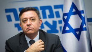 رئيس المعسكر الصهيوني آفي غاباي يقود جلسة للحزب في الكنيست، 7 مايو 2018 (Miriam Alster/Flash90)