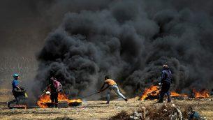 متظاهرون فلسطينيون خلال مواجها مع القوات الإسرائيلية عند حدود غزة، شرقي مدينة غزة، 11 مايو، 2018. (Abed Rahim Khatib/Flash90)