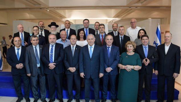 اعضاء مجلس الوزراء خلال جلسة خاصة بمناسبة 'يوم القدس' عقدت في 'متحف اراضي التوراة' في القدس، 13 مايو 2018 (Amos Ben Gershom/GPO)