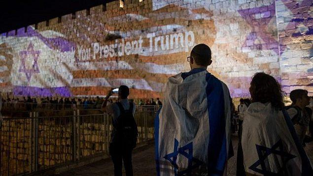 يتم عرض الأعلام الإسرائيلية والأمريكية على جدران مدينة القدس القديمة، في 13 مايو 2018، عشية افتتاح السفارة الأمريكية في القدس. (Yonatan Sindel/Flash90)