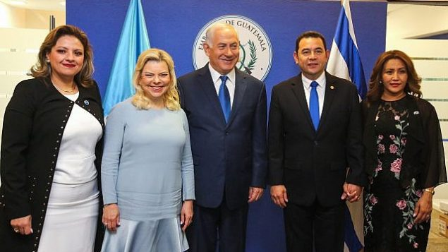 رئيس الوزراء بينيامين نتنياهو وزوجته سارة، والرئيس الغواتيمالي جيمي موراليس (الثاني من اليمين) ووزيرة خارجيه ساندرا جوفيل (من اليسار) في صورة مشتركة خلال مراسم الافتتاح الرسمي للسفارة الغواتيمالية في القدس، 16 مايو، 2018. (Marc Israel Sellem/Pool)