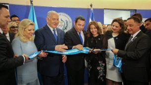 رئيس الوزراء بنيامين نتنياهو، رئيس غواتيمالا جيمي موراليس ووزيرة خارجية غواتيمالا ساندرا خوفيل في مراسيم افتتاح سفارة غواتيمالا في القدس، 16 مايو 2018 (Marc Israel Sellem/Pool/Flash90)