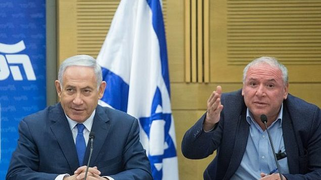 رئيس الوزراء بينيامين نتنياهو، من اليسار، مع رئيس الإئتلاف من 'الليكود' عضو الكنيست دافيد أمسالم، خلال اجتماع لكتلة 'الليكود' في الكنيست، 21 مايو، 2018.  (Miriam Alster/Flash90)