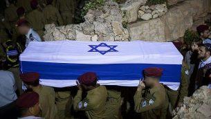 جنود يحملون نعش رونين لوبارسكي خلال جنازته في المقبرة العسكرية في جبل هرتسل في القدس، 27 مايو، 2018.  (Yonatan Sindel/Flash90)