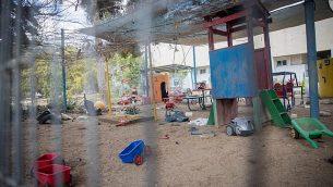 الموقع الذي سقطت فيه قذيفة هاون من غزة على روضة أطفال في جنوب إسرائيل، بالقرب من الحدود مع غزة في 29 مايو 2018. (Yonatan Sindel / Flash90)