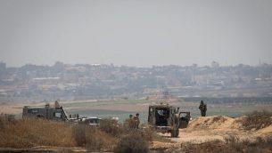جنود إسرائيليون يحؤسون الحدود مع قطاع غزة، 29 مايو، 2018.  (Yonatan Sindel/Flash90)