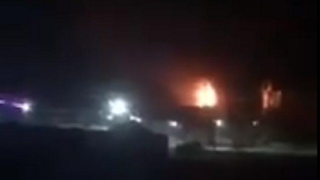 صورة شاشة من فيديو يدعي انه يظهر جزء من ميناء غزة يشتعل (screen capture: Twitter)