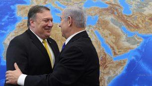 وزير الخارجية الأمريكي مايك بومبيو (إلى اليسار) مع رئيس الوزراء بنيامين نتنياهو قبل مؤتمر صحفي في وزارة الدفاع في تل أبيب في 29 أبريل، 2018. (Haim Zach/GPO)