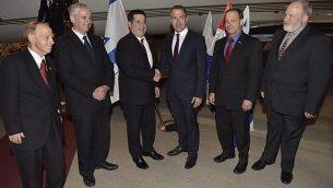 رئيس البرغواي هوراسيو كارتيس (الثالث من اليسار) يصل إلى مطار بن غوريون الدولي حيث كان في استقبالة وزير الأمن العام غلعاد إردان، (الثالث من اليمين) للمشاركة في مراسم افتتاح سفارة بلاده في القدس، 20 مايو، 2018. (وزارة الخارجية)