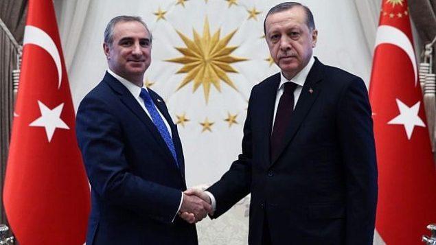 سفير إسرائيل الجديد لدى تركيا، إيتان نائيه، يسلم أوراق اعتماد للرئيس التركي رجب طيب أردوغان يوم الإثنين، 5 ديسمبر، 2016.  (المصدر: الرئاسة التركية)