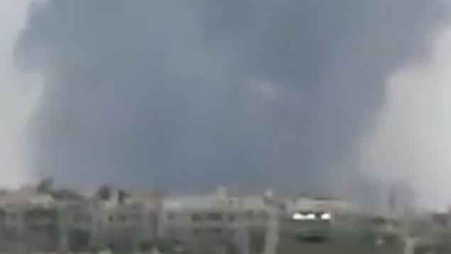 شوهد الدخان بعد تقارير عن انفجارات في قاعدة حماة الجوية في سوريا في 18 مايو 2018. (لقطة شاشة: تويتر)