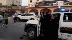 لقطة شاشة من مقطع فيديو للمواجهات بين الشرطة وسكان مدينة رهط البدوية في 25 مايو، 2018. (لقطة شاشة: Twitter)