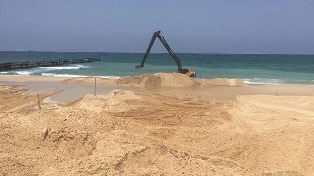معدات بناء تعمل على حاجز تحت سطح البحر بالقرب من حدود إسرائيل مع قطاع غزة. (وزارة الدفاع)