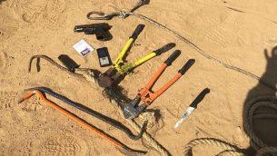 مسدس وسكين وقضبان حديدية تم العثور عليها بحوزة ثمانية مسلحين يُشتبه بانتمائهم لحركة حماس يقول الجيش إنهم قاموا بفتح النار على قوات إسرائيلية في شمال قطاع غزة، 14 مايو، 2018. (Israel Defense Forces)