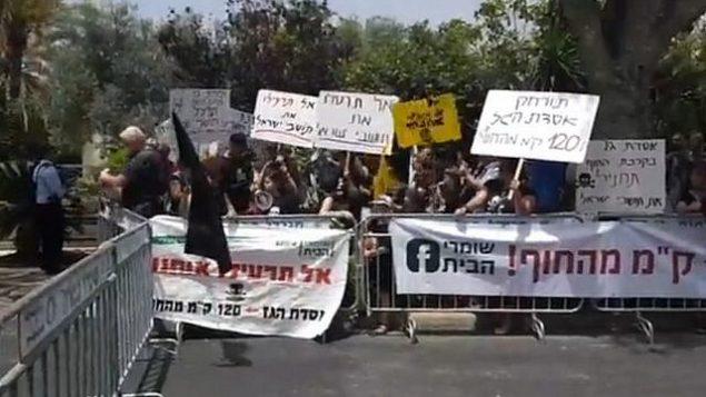 متظاهرون قرب منزل رئيس الوزراء بنيامين نتنياهو في كيساريا، 25 مايو 2018. (Courtesy)