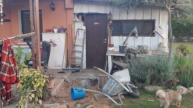 أضرار لحقت بمنزل في منطقة إشكول الجنوبية جراء إطلاق قائف هاون من قطاع غزة فجر 30 مايو، 2018.  (courtesy: Eshkol Regional Council)