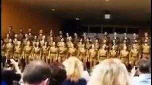 صورة من فيديو لجنود الجيش الإسرائيلي يغنون باللغة الفارسية، والذي انتشر على وسائل الإعلام الاجتماعية الإيرانية في 3 مايو 2018. (Screen Screen: Twitter)