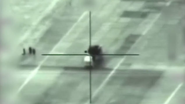 صورة شاشة من فيديو اصدره الجيش الإسرائيلي يظهر لحظة قصف قاضفة صواريخ (screen capture)