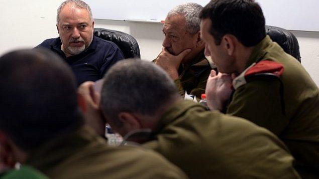 وزير الدفاع أفيغدور ليبرمان، إلى اليسار، يجتمع مع كبار الضباط في القيادة الجنوبية للجيش الإسرائيلي، بمن فيهم قائد الجيش الإسرائيلي غادي إيزنكوت، في الوسط، واللواء هرتسل هاليفي في 12 يونيو 2018. (Ariel Hermoni/Defense Ministry)
