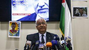 صائب عريقات، امين عام منظمة التحرير الفلسطينية، خلال مؤتمر صحفي في مدينة رام الله في الضفة الغربية، 21 ابريل 2018 (AFP PHOTO / ABBAS MOMANI)