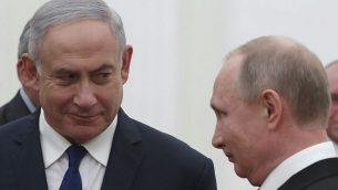 الرئيس الروسي فلاديمير بوتين، من اليمين، يلتقي برئيس الوزراء بينيامين نتنياهو في الكرملين في موسكو، 10 مايو، 2018. (SERGEI ILNITSKY/AFP)