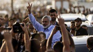 إسماعيل هنية، رئيس حركة حماس، يلتقي بمتظاهرين في معسكر للاحتجاج خلال اشتباكات مع القوات الإسرائيلية على طول الحدود مع قطاع غزة شرق مدينة غزة يوم 18 مايو 2018. (AFP Photo/Mahmud Hams)