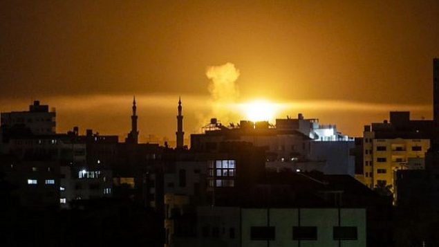 انفجار في مدينة غزة بعد غارة جوية إسرائيلية جاءت ردا على هجوم صاروخي مساء 2 يونيو، 2018.  (AFP PHOTO/Mahmud Hams)