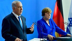 المستشارة الالمانية انغيلا ميركل ورئيس الوزراء الإسرائيلي بنيامين نتنياهو خلال مؤتمر صحفي مشترك في برلين، 4 يونيو 2018 (AFP PHOTO / Tobias SCHWARZ)