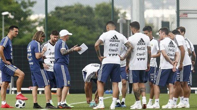 مهاجم المنتخب الأرجنتيني ليونيل ميسي (الثالث من اليسار) خلال حصة تدريبية مع زملائه في المنتخب في سانت خوان ديبسي، القريبة من برشلونة، 6 يونيو، 2018.  (AFP PHOTO / PAU BARRENA)
