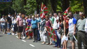 اشخاص يشاركون في سلسلة بشرية في منطقة الباسك في اسبانيا للمطالبة باجراء استفتاء على استقلال المنطقة، 10 يونيو 2018 (ANDER GILLENEA / AFP)