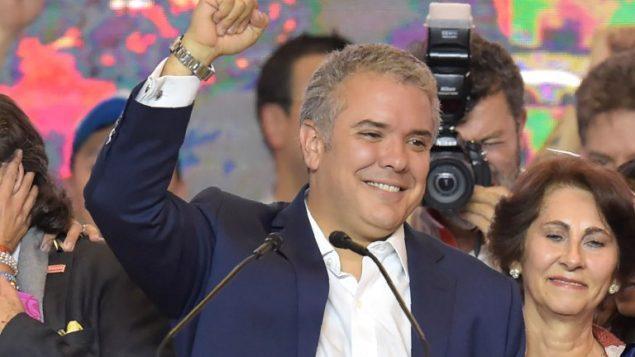 رئيس كولومبا المنتخب الجديد ايفان دوكي يحتفل بفوزه بالانتخابات الرئاسية في بوغوتا، 17 يونيو 2018 (AFP/ Raul Arboleda)