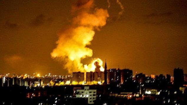 انفجار في مدينة غزة بعد غارة جوية نفذتها طائرات إسرائيلية في 18 يونيو، 2018.(AFP/Mahmud Hams)