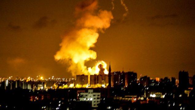 انفجار في مدينة غزة في اعقاب غارة جوية اسرائيلية، 18 يونيو 2018 (AFP / MAHMUD HAMS)