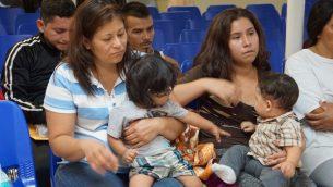 والدات واطفال في مركز مساعدات انسانية في بلدة حدودية بولاية تكساس الامريكية، 15 يونيو 2018 (LEILA MACOR / AFP)