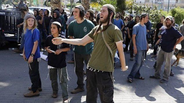 اسرائيليون داعمون لرجلين يهوديين مشتبه بهما بتنفيذ هجوم حريق راح ضحيته رضيع فلسطيني ووالديه، يتظاهرون امام محكمة في اللد، 19 يونيو 2018 (AFP / AHMAD GHARABLI)