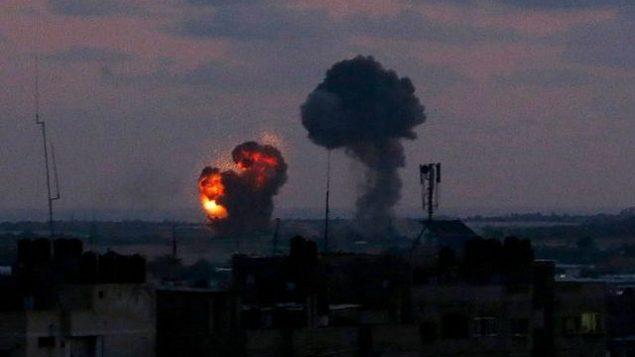 صورة لانفجار التقطت من مدينة رفح جنوب قطاع غزة بعد غارة جوية اسرائيلية ردا على اطلاق حركات فلسطينية عشرات الصواريخ من القطاع الساحلي، 20 يونيو 2018 (Said Khatib/AFP)