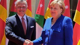 العاهل الأردني الملك عبد الله الثاني (إلى اليسار) يستقبل المستشارة الألمانية أنجيلا ميركل في القصر الملكي الأردني في عمان في 21 يونيو 2018. (AFP PHOTO / Khalil MAZRAAWI)