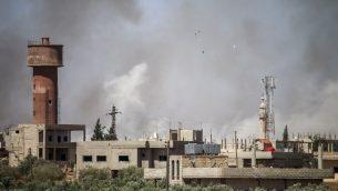 دخان يتصاعد بعد قصف قوات النظام السوري لبلدة المليحة الشرقية في ريف محافظة درعا الشرقية في جنوب سوريا، 21 يونيو 2018 (Mohamad ABAZEED/AFP)