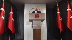 الرئيس التركي رجب طيب إردوغان يلقي خطابا في 24 يونيو، 2018 في إسطنبول.  (AFP PHOTO / Bulent Kilic)