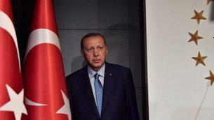 الرئيس التركي رجب طيب إردوغان يصل للإلقاء خطاب في 24 يونيو، 2018 في إسطنبول، بعد نتائج أولية للانتخابات الرئاسية والبرلمانية التركية. (AFP PHOTO / Bulent Kilic)