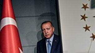 الرئيس التركي رجب طيب اردوغان قبل تقديم خطاب في اسطنبول بعد صدور النتائج الاولية للانتخابات الرئاسية لاتركية، 24 يونيو 2018 (BULENT KILIC / AFP)
