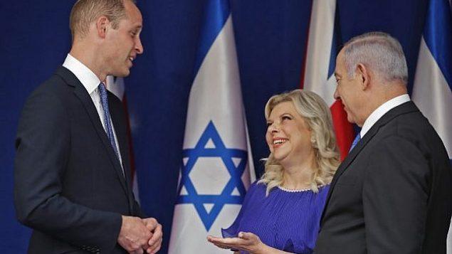 الأمير وليام يلتقي برئيس الوزراء بنيامين نتنياهو وزوجته سارة في منزل رئيس الوزراء الرسمي في القدس، 26 يونيو 2018 (AFP Photo/Pool/Thomas Coex)