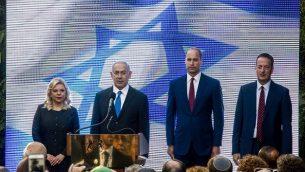 أمير بريطانيا ويليام يقف إلى جانب رئيس الوزراء بنيامين نتنياهو وزوجته سارة نتنياهو وسفير المملكة المتحدة في إسرائيل ديفيد كواري (يمين) خلال حفل استقبال في مقر إقامة السفير البريطاني في بلدة رامات غان الإسرائيلية، شرق تل أبيب، في 26 يونيو 2018. (AFP PHOTO / POOL / Sebastian Scheiner)