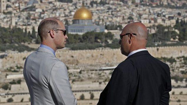 الأمير وليام البريطاني يتحدث مع مرشد في الطور، المطلة على القدس القديمة وقبة الصخرة، 28 يونيو 2018 (AFP PHOTO / POOL / Thomas COEX)
