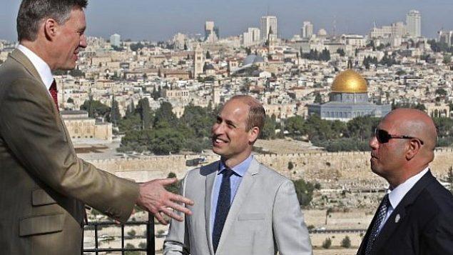 الأمير وليام البريطاني والقنصل البريطاني العام في القدس فيليب هول يتحدثان مع مرشد في الطور، المطلة على القدس القديمة وقبة الصخرة، 28 يونيو 2018 (AFP PHOTO / POOL / Thomas COEX)