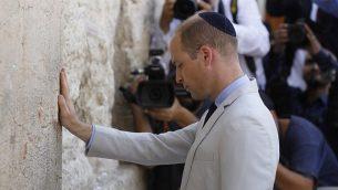 الأمير ويليام يلمس حائط المبكى، اقدس مكان يمكن لليهود الصلاة به، في القدس القديمة، 28 يونيو 2018 (AFP PHOTO / Menahem KAHANA)