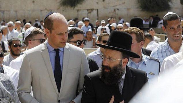 الأمير وليام البريطاني مع الحاخام الرئيسي لحائط المبكى شموئيل رابينوفيتش يزور حائط المبكى، اقدس مكان يمكن لليهود الصلاة به، في القدس القديمة، 28 يونيو 2018 (AFP PHOTO / Menahem KAHANA)