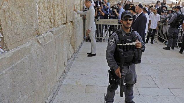 الأمير وليام البريطاني يلمس حائط المبكى، اقدس مكان يمكن لليهود الصلاة به، في القدس القديمة، 28 يونيو 2018 (AFP PHOTO / Menahem KAHANA)